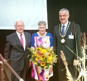 Ehrenpräsident Dr. Lorenz Menz (links) und Vizepräsidentin Irmgard Naumann gratulieren dem neuen Präsidenten Dr. Jörg Schmidt (rechts)