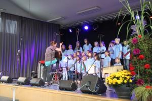Der Kinder- und Jugendchor Baustetten mit ihrer Leiterin Simone Rieger