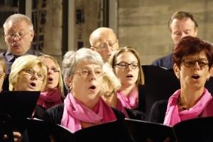 """Sängerinnen und Sänger des gastgebenden Liederkranzes Jagstheim und """"Der etwas andere Chor"""" beim Singen von """"Memory"""" aus dem Musical """"Cats"""""""