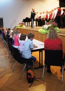 Während die Männer sangen beurteilte die Kinder-Jury mit Reporterin Sabine Layer die Leistung