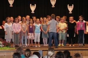 So jung und schon Dirigent. Beim Chor der Grundschule durften die Mitglieder selbst dirigieren