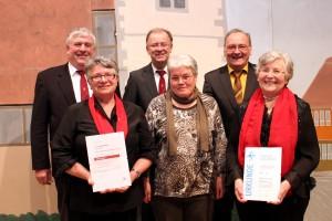 Treue Sängerinnen und Sänger wurden von Otto Schmoll (hi.li.) und Werner Treuer (hi.re) geehrt