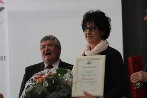 Geschäftsführer Eugen Kienzler überreicht Marianne Braunmüller aus Erlenmoos die Urkunde zur Ehrenmitgliedschaft