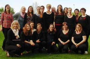 """Deutschlands bester Frauenchor – der Chor der Pädagogischen Hochschule Heidelberg """"4x4"""" mit Dirigentin Heike Kiefner-Jesatko (l.) - Foto: Maurer"""