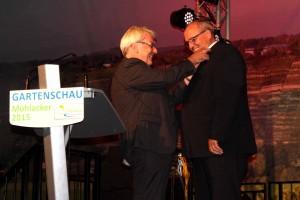 Wolfgang Oberndorfer, Vizepräsident des Schwäbischen Chorverbands, überreichte die hohe Auszeichnung des SCV.