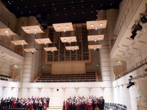 Eric Whitacre vor der beindruckenden Kulisse des Konzerthaus Dortmund, das uns allen etwas Heimat geworden ist.