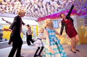 """Musikpädagoginnen des Projektes """"Singende Kindergärten"""" sangen und tanzten mit den kleinen Besuchern am dm-Stand."""