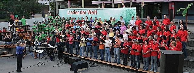 Das Foto zeigt alle Chöre beim gemeinsamen Abschlusslied mir Dirigent Albrecht Volz